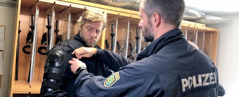 Henning Baum begleitet Polizisten in Sachsen – Bild: TVNOW/Ann Malo