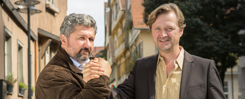 """Huck"": Privatdetektiv Huck (Patrick von Blumel, l.) und Cem Gökhan (Aykut Kayacik, r.) – Bild: ARD/Olaf Raymond Benold"