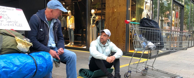 """In """"Prominent und obdachlos"""" gehört Tobi Wegener (r.) zu den Teilnehmern, die ihren Alltag gegen den auf der Straße tauschen. – Bild: RTL Zwei"""