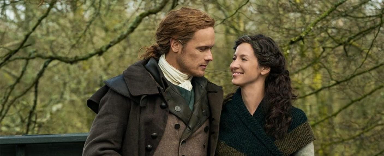 """Jamie (Sam Heughan) und Claire (Caitriona Balfe) in der fünften Staffel von """"Outlander"""" – Bild: Starz"""