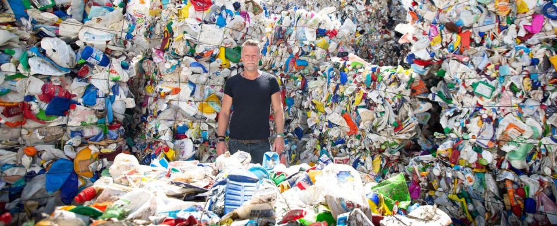 Jenke von Wilmsdorff mitten im Plastikwahnsinn – Bild: TVNOW/Elena Ezhova