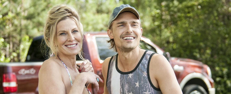 """Joey Kern als Rob (r., mit Lusia Strus) in der ersten Staffel von """"Good Behavior"""" – Bild: TNT"""