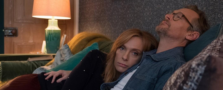 """Joy (Toni Collette) und Alan Richards (Steven Mackintosh) in """"Wanderlust"""" – Bild: Netflix"""