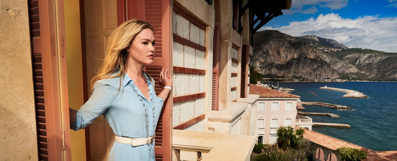 "Julia Stiles als Georgina in ""Riviera"" – Bild: Sky/John Wright Photography"