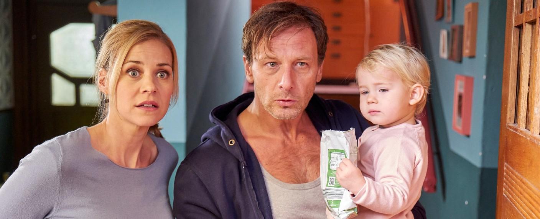 """Karin (Jessica Ginkel), Stefan (Hendrik Duryn) und die kleine Frida (Ann-Sophie Lochmann) in """"Der Lehrer"""" – Bild: MG RTL D / Frank Dicks"""