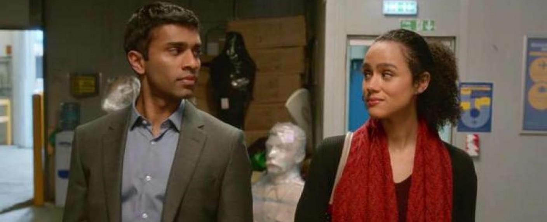 """Kash (Nikesh Patel, l.) und die beste Freundin seiner Verlobten, Maya (Nathalie Emmanuel) in """"Vier Hochzeiten und ein Todesfall"""" – Bild: hulu"""