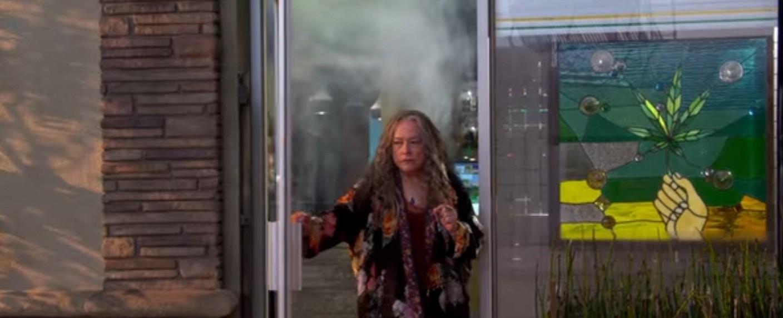 "Kathy Bates in ""Disjointed"" – Bild: Netflix/Screenshot"