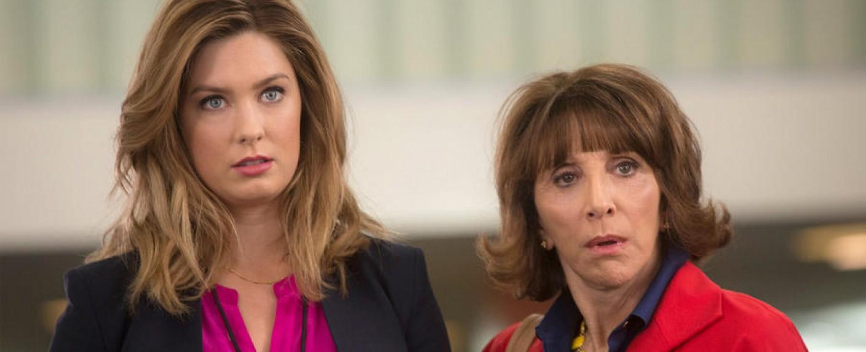 """Katie (Briga Heelan; l) und ihrer Mutter Carol (Andrea Martin) in """"Great News"""" – Bild: NBC"""