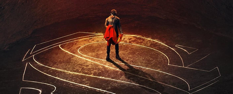 """""""Krypton"""": Seg-El (Cameron Cuffe) mit dem Wappen seines Hauses und dem Cape seines Enkels… – Bild: Syfy"""