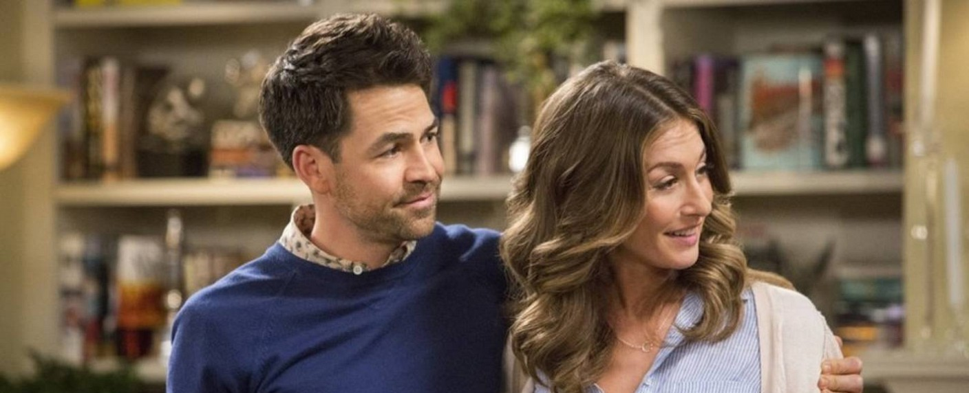 """Kyle Howard (l.; mit Kate Foster) in """"Your Family or Mine"""" – Bild: TBS/Danny Feld"""