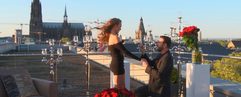 """Szenenfoto aus """"Laura & Der Wendler – Jetzt wird geheiratet!"""": Heiratsantrag in Köln – Bild: TVNOW"""
