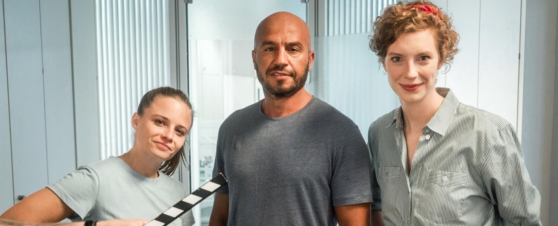 """Lernen """"How to Tatort"""": Jasna Fritzi Bauer (l.), Dar Salim (m.) und Luise Wolfram (r.) – Bild: Radio Bremen/bildundtonfabrik-Daniel Milz"""