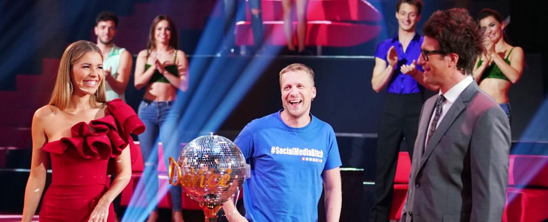 """Die """"Let's Dance""""-Moderatoren Victoria Swarovski und Daniel Hartwich mit Studiogast Oliver Pocher (M.) – Bild: TVNOW/Stefan Gregorowius"""