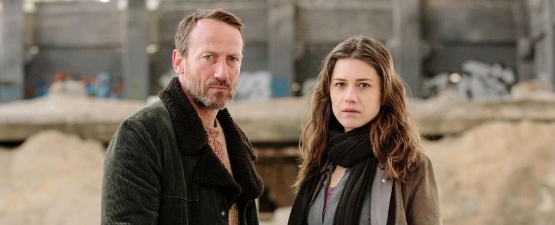 """Licht (Wotan Wilke Möhring, l.) und Faye (Michelle Meadows) in """"West of Liberty"""" – Bild: FRÉDÉRIC BATIER/ZDF"""