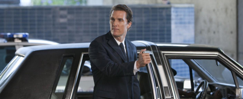 """Matthew McConaughey vor dem Lincoln im 2011 erschienenen Film """"Der Mandant"""" – Bild: Lionsgate"""