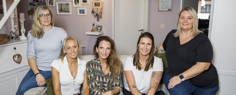 """Mütter machen Porno"": (v. l.) Britta, Karina, Mirjam, Jasmine, Bianca – Bild: Sat.1/Marvin Kochen"