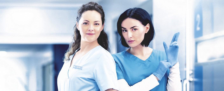 """""""Nachtschwestern"""": Ines Quermann als Ella Fink (l.) und Mimi Fiedler als Nora Altmeyer (r.) – Bild: TVNOW"""
