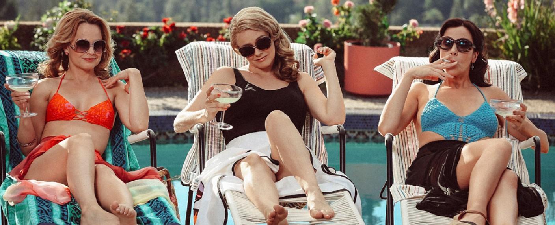 Noch ist das Leben sorglos am Pool: Kathleen (Mena Suvari), Bonnie (Alicia Silverstone) und Diana (Jennifer Bartels) – Bild: Paramount Network