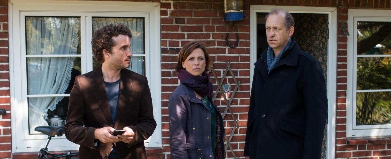 """""""Nord Nord Mord"""": Carl Sievers (Peter Heinrich Brix, r.), Ina Behrendsen (Julia Brendler, M.) und Hinnerk Feldmann (Oliver Wnuk, l.) – Bild: ZDF/Manju Sawhney"""