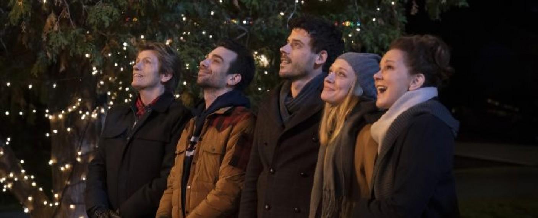 """Nur selten so friedlich: """"The Moodys"""" – (v. l.) Vater Sean Sr., Sean Jr., Dan, Bridget und Mutter Ann erfreuen sich an der festlichen Beleuchtung – Bild: Jonathan Wenk/Fox"""