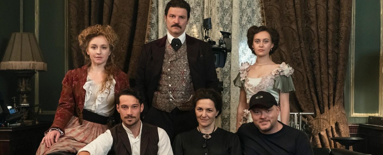 """""""Oktoberfest – 1900"""": Der Schauspiel-Cast mit Regisseur Hannu Salonen (u. r.) – Bild: ARD Das Erste/Dusan Martincek"""