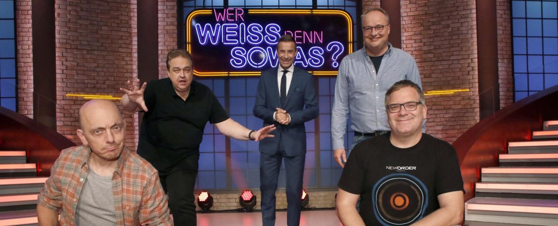 """Oliver Kalkofe (hinten l.) und Oliver Welke (hinten r.) sind die Premierengäste der sechsten """"Wer weiß denn sowas?""""-Staffel – Bild: ARD/Morris Mac Matzen"""