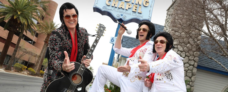 Oliver Pocher (m.) und sein Vater Gerd Pocher (r.) versuchen sich als Elvis-Imitatoren – Bild: TVNOW / Chapel