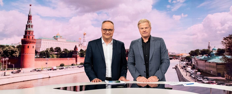 Oliver Welke und Oliver Kahn berichten für das ZDF von der Fußball-WM 2018 aus Baden-Baden. – Bild: ZDF/Patrick Seeger