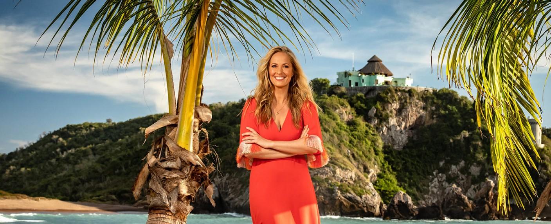 """""""Paradise Hotel"""" mit Moderatorin Angela Finger-Erben – Bild: © TVNOW"""