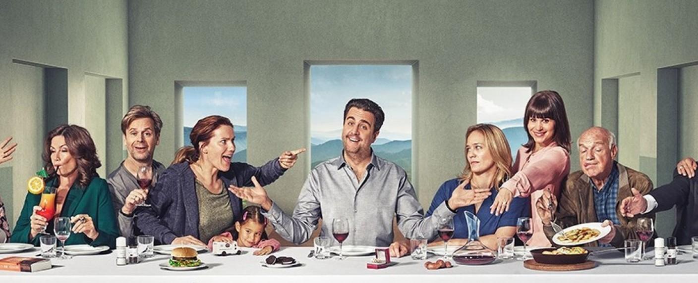 """Das letzte Abendmahl für die Dödel: Die finale """"Pastewka""""-Staffel ist seit dem 7. Februar bei Prime Video verfügbar. – Bild: Amazon Prime Video"""