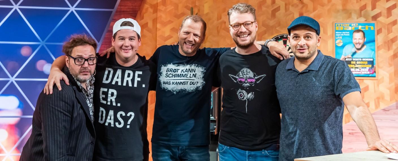 Paul Panzer, Chris Tall, Mario Barth, Maxi Gstettenbauer und Kaya Yanar (v.l.n.r.) – Bild: TVNOW / Sebastian Drüen
