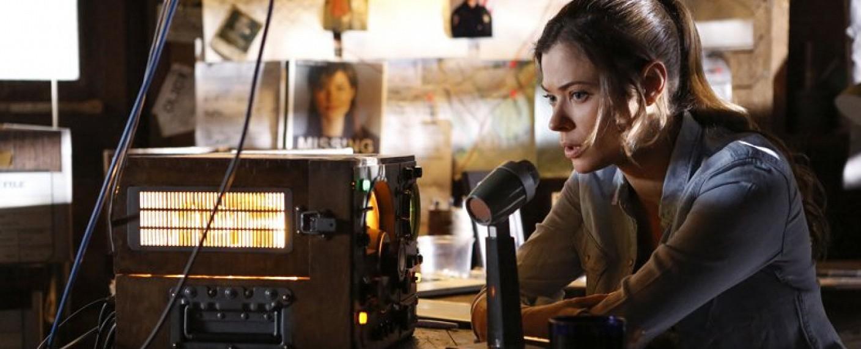 "Peyton List am Radio in ""Frequency"" – Bild: The CW"
