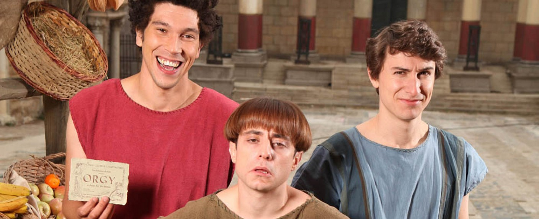 """Plebs"": Stylax (Joel Fry, l.), Grumio (Ryan Sampson) und Marcus (Tom Rosenthal) – Bild: ITV"