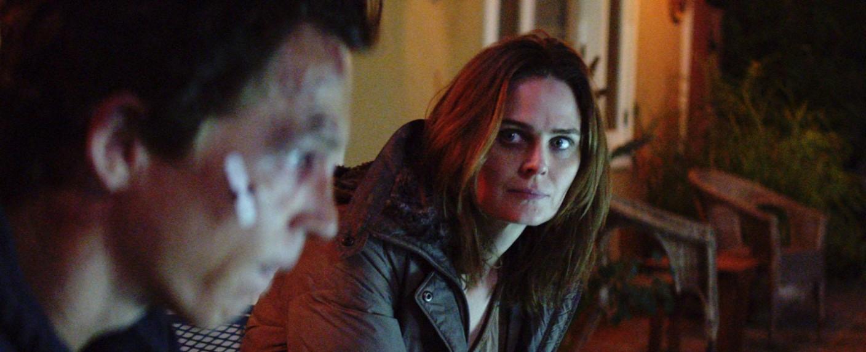"""Pope (Shawn Hatosy) mit Angela (Emily Deschanel) in """"Animal Kingdom"""" – Bild: TNT"""