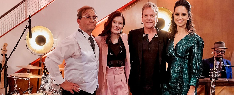 """""""Privatkonzert"""": Wigald Boning (l.) und Stephanie Stumph (r.) mit ihren Gästen Madeline Juno und Kiefer Sutherland – Bild: DW/Marcel Schröder"""