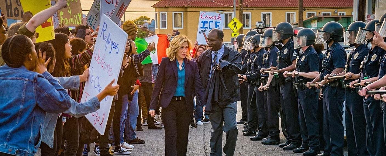 """Promobild zu """"Tommy"""": Protagonistin Tommy (Edie Falco) im schmalen Grenzgebiet zwischen Demonstranten und Polizei – Bild: Cliff Lipson/CBS"""