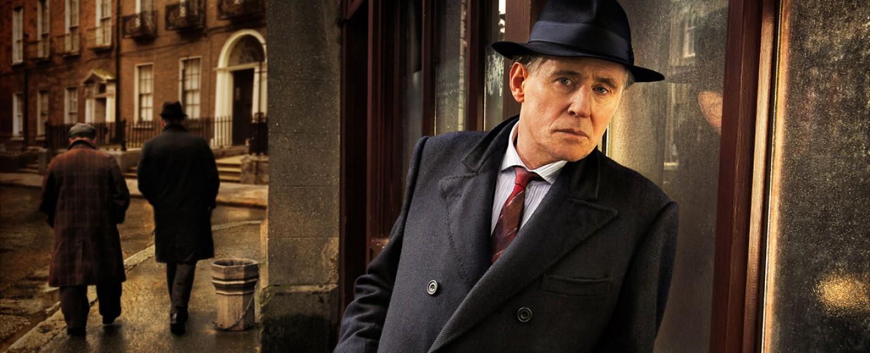 Gabriel Byrne als Pathologe Quirke – Bild: RTE/BBC