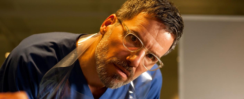 """Rechtsmediziner Dr. Fred Abel (Tim Bergmann) im Sat.1-Thriller """"Zersetzt – Ein Fall für Dr. Abel"""" – Bild: Sat.1/Britta Krehl"""