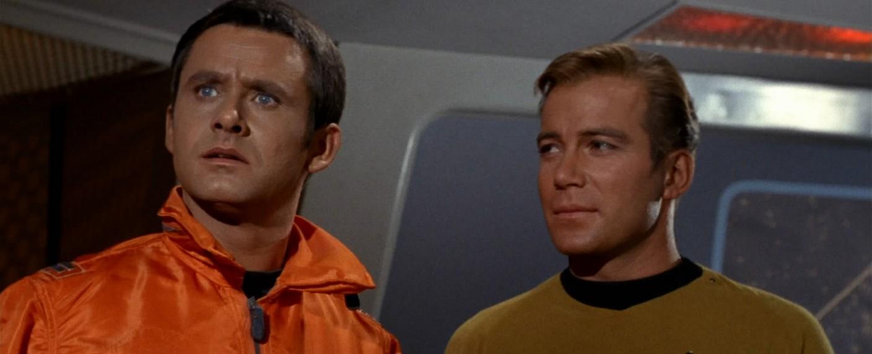 """Roger Perry (l.) mit William Shatner (r.) in der """"Star Trek""""-Folge """"Morgen ist gestern"""" – Bild: CBS Paramount Television"""
