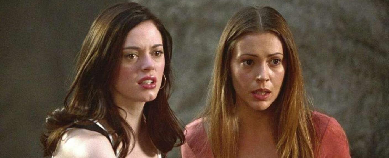 """Rose McGowan als Paige und Alyssa Milano als Phoebe in """"Charmed"""" gemeinsam vor der Kamera – Bild: Warner Bros. TV"""