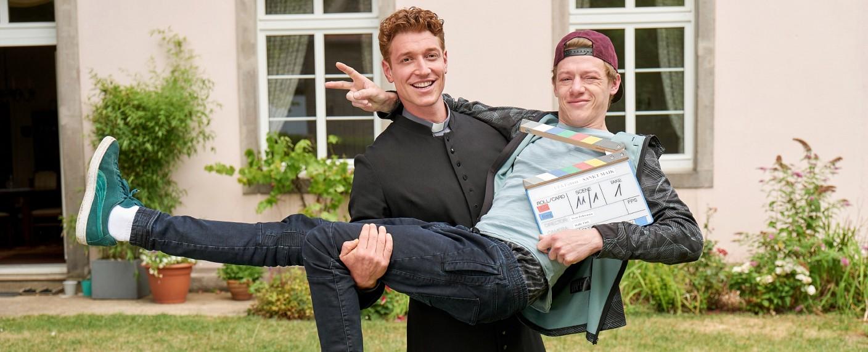 """Sankt Maik"": Daniel Donskoy (l.) als Pfarrer Maik mit Vincent Krüger (r.) als dessen Bruder Kevin – Bild: MG RTL D / Frank Dicks"
