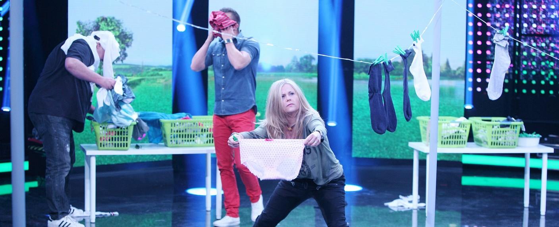 Samstagabendunterhaltung bei RTL: Michaela Schaffrath beim Wäsche aufhängen – Bild: RTL/Frank W. Hempel