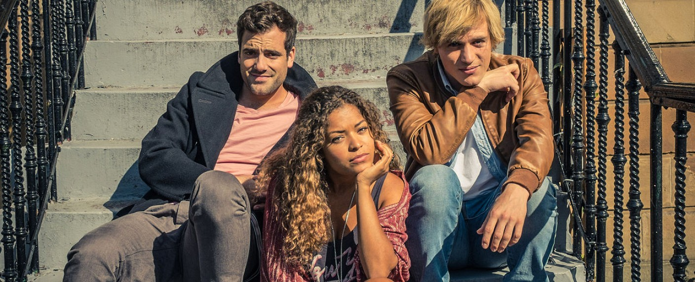 "Der Cast von ""Scrotal Recall"": (V.l.) Daniel Ings, Antonia Thomas und Johnny Flynn – Bild: Netflix/Channel 4"