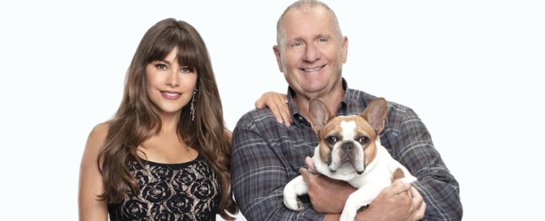 Sofia Vergara (l.) und Ed O'Neill (r.) mit Bulldogge Stella, die im wahren Leben Beatrice hieß – Bild: ABC