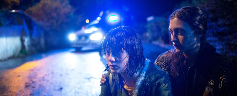 Olivia Rönning (Julia Ragnarsson, r.) kümmert sich um Sandra Sahlman (Saga Samuelsson, l.) die gerade ihren Vater tot aufgefunden hat. – Bild: ZDF/Niklas Maupoix