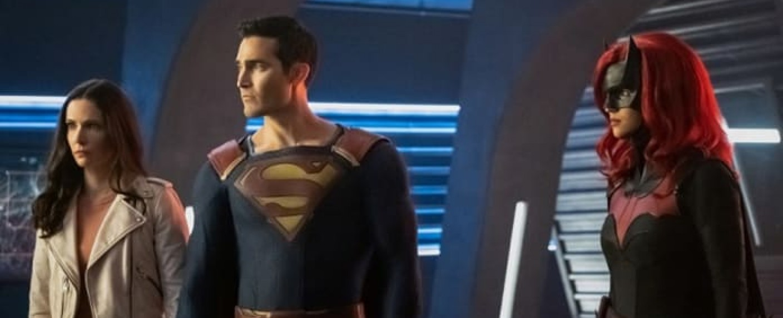 """Szenefoto aus """"Crisis on Infinite Earths"""": Lois Lane (Elizabeth Tulloch), Superman (Tyler Hoechlin) und Batwoman (Ruby Rose) kämpfen 2021 erneut zusammen – Bild: The CW"""