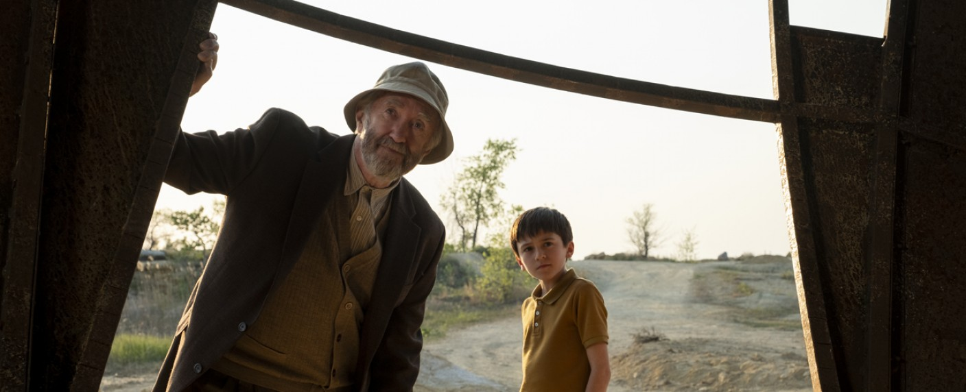 """""""Tales from the Loop"""" mit Jonathan Pryce (l.) – Bild: Amazon Prime Video"""