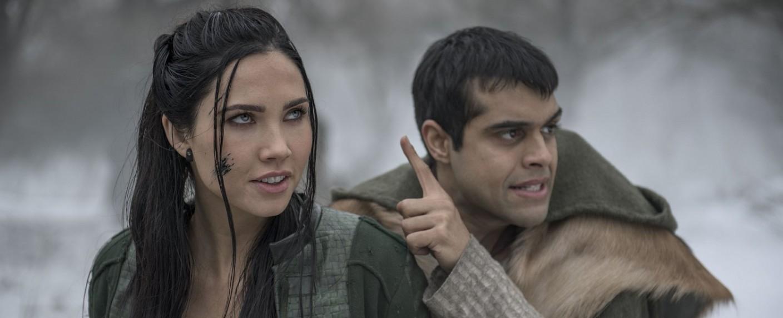 """Talon (Jessica Green) und Janzo (Anand Desai-Barochia) in der zweiten Staffel von """"The Outpost"""" – Bild: SYFY"""