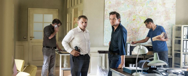 """Die Kommissare Lannert (Richy Müller, 2.v.l.) und Bootz (Felix Klare, 2.v.r.) im """"Tatort"""" """"Der Mann, der lügt"""" – Bild: SWR/Alexander Kluge"""