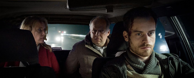 Die Hauptdarsteller im 1000. Tatort: Entführer Rainald Klapproth (Florian Bartholomäi, r.) und die Kommissare Lindholm (Maria Furtwängler, l.) und Borowski (Axel Milberg, m.) – Bild: NDR/Meyerbroeker